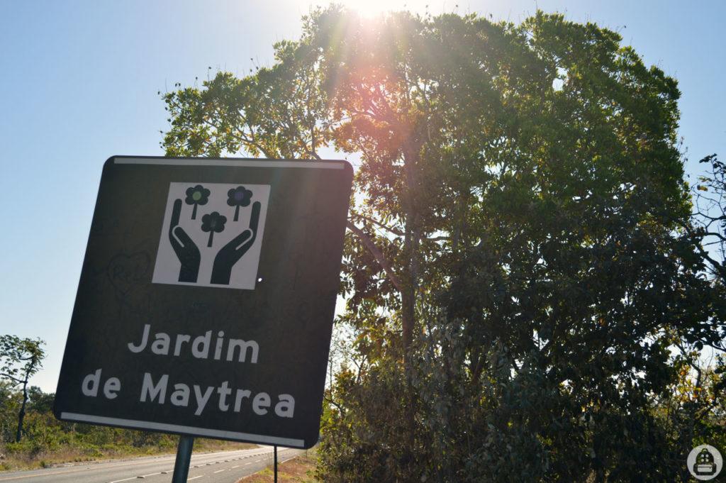 A placa que indica a entrada do Jardim de Maytrea